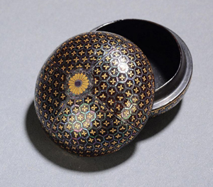 Seal ink container in metal with a decoration in cloisonne